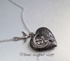 Een sterling zilveren ketting met een zilveren zwaluw houdt met sterling zilveren ring een gedetailleerde elf vast, die ik op een zilveren vintage geïnspireerde bloemen medaillon heb gemonteerd.  as sieraden, moedermelk sieraden, as sieraad moedermelk sieraad
