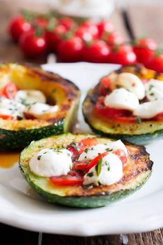 Die gegrillte Zucchini mit Tomate-Mozzarella und Basilikum ist ein super leckeres und schnell gemachtes Low Carb Rezept. Ihr werdet sie lieben!