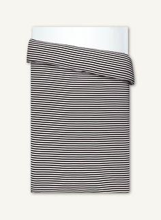 Trikookankaiset Tasaraita-pussilakanat ovat lyhyessä ajassa nousseet todellisiksi Marimekko-suosikeiksi. Eikä ihme – onhan tuntu sama kuin pehmoisissa raitapaidoissamme. Lupaamme Tasaraidan tuudittamia, makoisia unia! Pussilakanan jalkopäässä olevasta auk