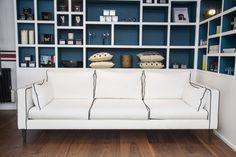 ce qu'on aime : le canapé (Collections S.LAVOINE) et la bibliothèque blanche intérieur foncé