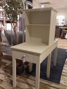 Nattbord med oppbevaringshylle, lett og luftig med slanke ben.