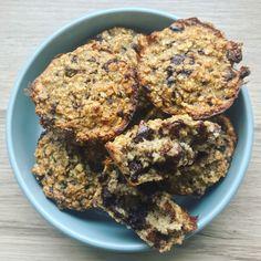 Havregrøds muffins med chokolade - en lækker og sund snack til den lille sult. Super gode at have med på farten og er tilmed nemme at lave! Oats Recipes, Dessert Recipes, Desserts, Healthy Sweets, Healthy Snacks, Low Carb Flammkuchen, Baking Buns, Cakes Plus, Yummy Cakes
