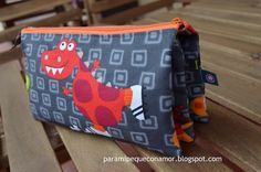 Para mi peque con amor: Estuche triple (enlace a tutorial) Pouch Bag, Pouches, Sewing Tutorials, Diaper Bag, Lunch Box, Backpacks, Crochet, How To Make, Bags