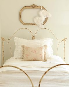 ZsaZsa Bellagio – Like No Other: Shabby, French, Rustic Home Delights - pretty iron bed! Cama Vintage, Shabby Chic Vintage, Shabby Chic Decor, Girls Bedroom, Bedroom Decor, Master Bedroom, Modern Farmhouse Bedroom, Bedroom Country, Farmhouse Style