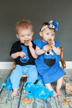 This has to be one of the cutest Sesame Street theme photos I have ever seen. It would be the perfect photo for a Sesame Street birthday party invitation – the his-and-hers Cookie Monster outfits. The cookies, the twins' beautiful blue eyes.Too adorable! So Cute Baby, Cool Baby, Baby Love, Cute Kids, Cute Babies, Baby Kids, Twin Costumes, Cookie Monster Party, Sesame Street Birthday