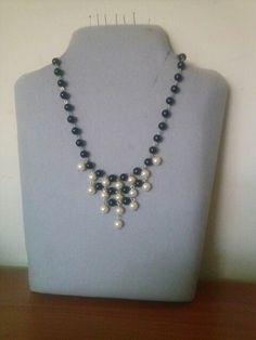 Collar de perlas blanco y negro