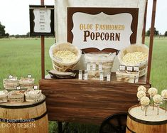 Everybody loves popcorn! Especially when they can season it just the way they like it. I created this Rustic Popcorn Bar for a family reunion Popcorn Station, Popcorn Stand, Popcorn Bar, Popcorn Poster, Gourmet Popcorn, Food Trucks, Buffet Original, Bar A Bonbon, Wedding Ideas