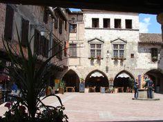 Castelnau-de-Montmiral: prachtige plein met arcades in de Tarn Arcade, France, Places, Travel, Secret Gardens, Viajes, Destinations, Traveling, Trips