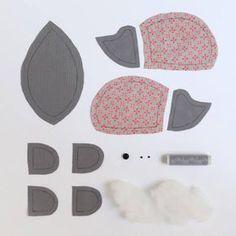 Doudou pour les uns, pelote à épingles pour les autres, ce drôle de petit hérisson est cousu dans un tissu en coton… A offrir ou à s'offrir. Le matériel : – 2 coupons de 46 x ...