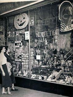 hallowhorror: Vintage 1950's Halloween store window