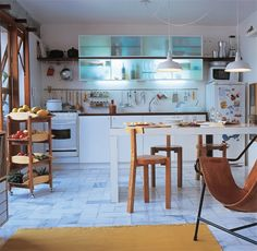 Toda a graça da cozinha americana...Ela demanda atenção especial na hora de ser decorada, que vai muito além de materiais práticos e fáceis de limpar. Uma cozinha americana fica sempre exposta, o que quer dizer que você deverá decorá-la de um jeitinho todo especial e integrado com o restante da casa, investindo em acessórios e eletrodomésticos bonitinhos que a transformem em um espaço aconchegante e convidativo.