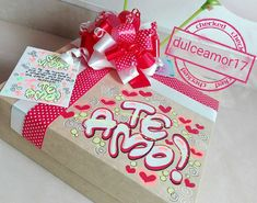Hermosos detalles 💜 @dulceamor17 Hermosos y deliciosos desayunos, meriendas y anche...   Yooying Goal, Lettering, Chocolate, Gifts, Paper, Valentines Day Decorations, Decorated Gift Bags, Decorated Boxes, Homemade Gifts For Boyfriend