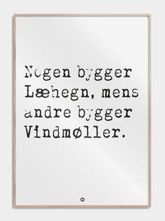 plakat_nogen_bygger_laehegn_mens_andre_bygger_vindmoeller_talemaader_ordsprog
