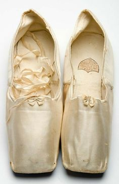 1833 Satin slippers bearing a label from the Parisian shoe maker ESTÉ. Via Charleston Museum. 1800s Fashion, Victorian Fashion, Vintage Fashion, Medieval Fashion, Historical Costume, Historical Clothing, Vintage Shoes, Vintage Outfits, Ballet Shoes