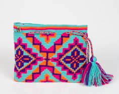 Qué colores Tapestry Crochet Patterns, Crochet Art, Love Crochet, Crochet Motif, Hand Crochet, Crotchet Bags, Knitted Bags, Crochet Clutch, Crochet Purses