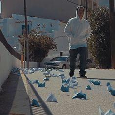 """Rapsus no la falla en su estilo melancolico. Eterno Miusik presentó el tercer videoclip del nuevo álbum de Rapsusklei (Origami, 2016). """"Barcos de Papel"""" es un tema al mas puro estilo melancólico de Rapsus, una oda a los piratas, navegantes y amantes de los mares de la fantasía.  """"Barcos de papel"""", hace referencia directa al """"Origami"""" la palabra japonesa que define a la papiroflexia, el arte de hacer esculturas con el papel y se sumerge entre versos de melancolía y un ritmo profundo."""