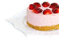 Nu am facut multe cheesecake-uri pana acum (asta e a doua sau a treia reteta pe care o incerc), dar prevad multe repetitii si variatiuni pe tema, mai ales ca tot ce tre' sa faci e sa amesteci niste ingrediente si sa dai tortul la frigider in loc de cuptor. Asa ca la vara, cand … Breakfast Dessert, Breakfast Ideas, Food Lists, Cheesecakes, Biscuit, Goodies, Sweets, Baking, Desserts
