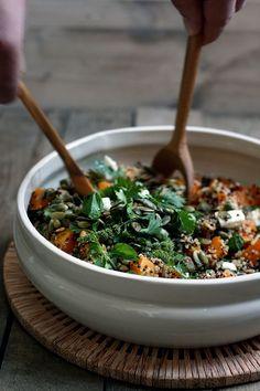 Lekker en gezonde quinoa salade met feta, geroosterde pompoen met gember en pompoenpitten. Dit recept voor salade van quinoa is simpel en snel klaar.
