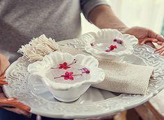 Com tantas guloseimas boas de comer com as mãos, uma lavanda para limpar os dedinhos é uma frescura bem-vinda. Bandeja e bowls Pequena Tiradentes Home (Foto: Lufe Gomes/ Editora Globo)