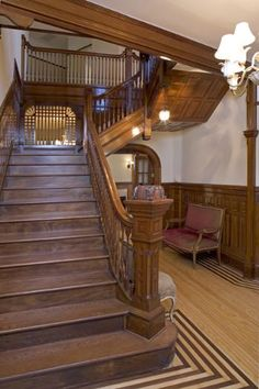 Mahogany staircase, check the racing stripes on the floor, too! This is the actual Mary Tyler Moore (tv show) house. House Staircase, Modern Staircase, Grand Staircase, Luxury Staircase, Victorian Interiors, Victorian Decor, Victorian Homes, Victorian Stairs, Tv Show House