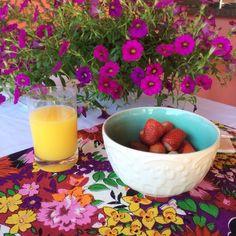 Para uma mesa mais colorida e alto astral, invista em acessórios charmosos e cheios de energia como o Jogo Americano Dhalia e o Bowl Mar. Compre online na Laviah: www.laviah.com.br.