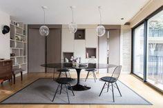 Dans la pièce à vivre, pour accompagner une table ovale (modèle Saarinen, création Eero Saarineen, chez Knoll), on un modèle de chaise créée par Ray et Charles Eames (modèle Wire Chair DKW, chez Vitra). La bibliothèque a été aménagée avec des niches de dimensions variables, qui répondent à celles du mur adjacent.
