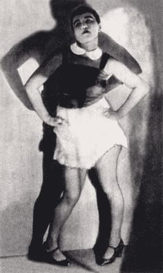 Valeska Gert (1892–1978), lors d'une de ses danses de style grotesque, 1926    German Jewish dancer and cabaret artist, against gentrification. She was also active as an actress and artists' model./…she died just two weeks before filming began of the Nosferatu remake Nosferatu by Werner Herzog.