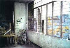 Cette salle de cours ne peut plus être utilisée, les plafonds s'effondrent, la toiture est en très mauvaise état; Bien entendu il pleut à l'intérieur...