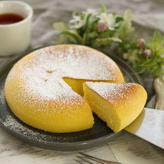 「しっとりスフレチーズケーキ」のレシピと作り方をご紹介します。卵白をメレンゲにして加えるとふわふわでしっとりとしたチーズケーキに仕上がります。生地を炊飯器に流し込んでボタンを押すだけなので、焼き過ぎる心配もなく簡単に作れますよ♪