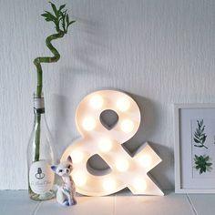 Nieuw bij HEMA: letterverlichting. Beschikbaar van a t/m z, een eiffeltoren, ster en ampersand. Laat je kamer stralen met deze lampen. Bedankt voor de foto Eline.