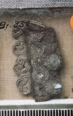 One of the striking features of the iron age Finnish Mantle is its heavily ornamentated borders. They are a composite of two different textiles techniq. Viking Garb, Viking Reenactment, Viking Dress, Norse Clothing, Clothing And Textile, Textiles, Textile Patterns, Viking Embroidery, Braids With Weave