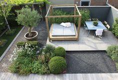 Hoogte- en materiaal variatie in een relatief kleine tuin zorgen voor speelsheid.