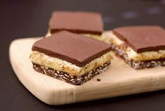 Nanaimo Bars: made with healthier ingredients like coconut butter and dark chocolate to make an amazing dessert Sugar Free Desserts, Sweet Desserts, Delicious Desserts, Healthier Desserts, Chocolate Oatmeal, Healthy Chocolate, Snack Recipes, Dessert Recipes, Healthy Recipes