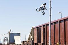 Leteči železničarji - ljubljanska akrobatska skupina Dunking Devils v sodelovanju s Slovenskimi železnicami je priredila akrobatski show na za to priložnost posebej pripravljenem vlaku. Salte in druge vragolije so člani izvajali na 170 metrov dolgi premikajoči se kompoziciji s trampolini, skakalnicami za kolesa BMX, z rusko gugalnico in z vagonom - bazenom.