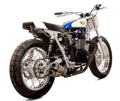 Sur une base de Triumph Bonneville à carburateurs, ce Tracker ne conserve que le moteur et le cadre car tout le reste est soit remplacé par de nouvelles pièces spécifiques, soit modifié.  Sur ce …