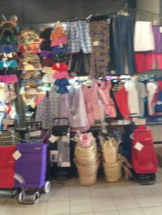 Aqui estan mas ropa en el mercado central. Mis amigos y yo encomtramos esta ropa abajo, en la parte posterior del mercado.