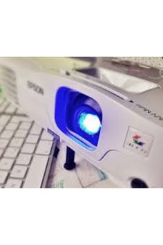 Videoproiettore XGAVivi l'esperienza del grande schermo, a casa come al cinema, e proietta in ufficio presentazioni nitide e ben definite con questo videoproiettore XGA portatile da 3.300 lumen.Videoproiettore XGALuminosità di 3.300 lumenRapporto di contrasto di 15.000:1Tecnologia 3LCDCattura l'attenzione di tutti proiettando film e presentazioni aziendali di alta qualità su grande schermo, immagini fino a tre volte più luminose rispetto ai videoproiettori di altre marche.