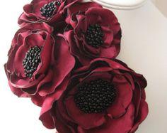 broche de la flor de tela - hecho a pedido - pin de ramillete de cuatro floración en rojo de invierno con semilla grano centros - MAYA
