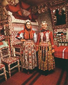 Kalotaszeg regional designs in house, wall art, dishes, furniture, headdress… Folklore, Folk Costume, Costumes, Kei Visual, Art Populaire, Hungarian Embroidery, Folk Clothing, Red Pillows, Folk Dance