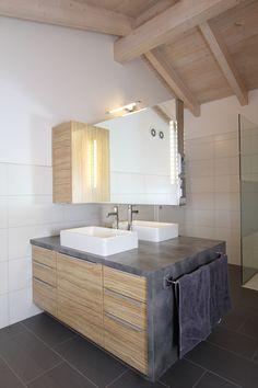 Badezimmer mit freikragenden Spiegel und integrierten Radio. Waschtisch in Betonoptik Double Vanity, Bathroom, Kitchen, House, Home Decor, Bath, Tiny Bathrooms, Contemporary Light Fixtures, Minimalist Bathroom