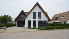Contemporary traditional house in The Netherlands by Bongers Architecten. Bungalows, Style At Home, Residential Architecture, Modern Architecture, Bungalow Extensions, Villa, Bungalow Homes, Solar House, European House