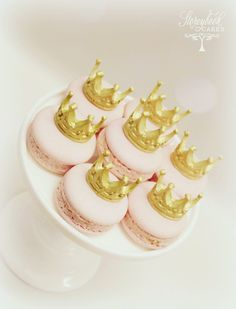 Pink macarons topped with gold miniature crowns. Macarons, Macaron Cake, Macaron Cookies, Wedding Cake Prices, Luxury Wedding Cake, Cake Wedding, Big Cakes, Fancy Cakes, Macaroon Recipes