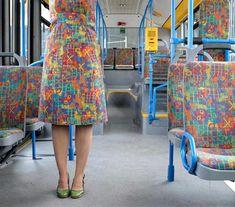 Artista faz vestidos com estampas de assentos de transporte público