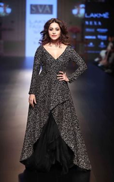 New Fashion Girls Indian Designer Outfits, Designer Dresses, Indian Outfits, Indian Gowns Dresses, Pakistani Bridal Dresses, Stylish Dresses, Fashion Dresses, Heavy Dresses, Kurti Designs Party Wear