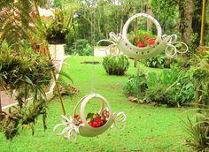 Upcycling / Recycling old tires (delicate planters). Made by me. Reciclagem de pneus velhos (floreiras delicadas), feitas por mim.