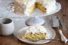Dette er en deilig, amerikansk kokoskake. Den myke kakebunnen deles i to lag og fylles med en herlig og akkurat passe syrlig sitronkrem. Fyllet smaker nydelig i kombinasjon med den søte marengskremen som dekker kaken. Kokosflakene jeg har pyntet kaken med får du blant annet kjøpt i helsekostforretninger. Denne kaken er perfekt til vårens kommende festlige anledninger! Oppskrift og foto: Kristine Ilstad/Det søte liv.