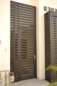 Façades that protect your home from insecurity - Decor Scan : The new way of thinking about your home and interior design Grill Door Design, House Gate Design, Door Gate Design, Iron Gates, Iron Doors, Window Grill, Entrance Gates, Steel Doors, Home Deco