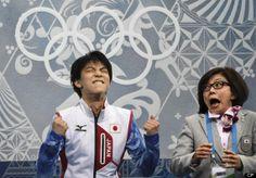 JO Sotchi - Février 2014 - Cette photo restera dans l'histoire des Jeux olympiques : Le patineur japonais Yuzuru Hanyu a battu son propre record du monde jeudi lors du programme court du patinage à Sotchi. Il était plutôt content de l'apprendre. Son entraîneuse aussi.