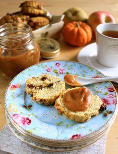 """Scones écossais aux raisins secs & """"beurre"""" de pomme et potiron pour un tea time anglais pour le Foodista Challenge #12 • Raisins scones and pumpkin apple butter for a perfect tea time"""