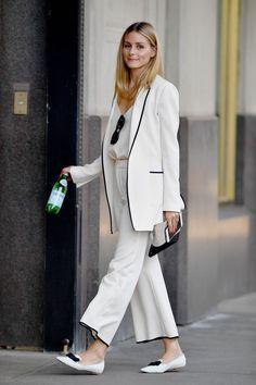 5 Truques de styling com Olivia Palermo. Que tal começar pelo preto e branco? Arrumadinho e fofo, o sapatinho e o comprimento quebram um pouco da formalidade do look.